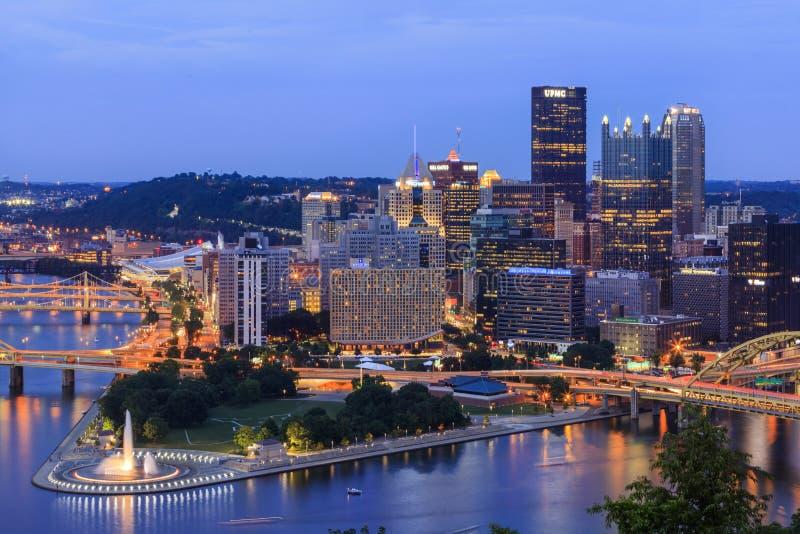 Pittsburgh in der Dämmerung, Ansicht zum Stadtzentrum lizenzfreie stockbilder