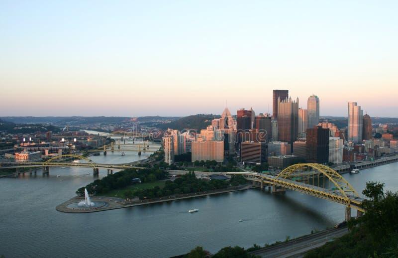 Pittsburgh en la puesta del sol fotos de archivo
