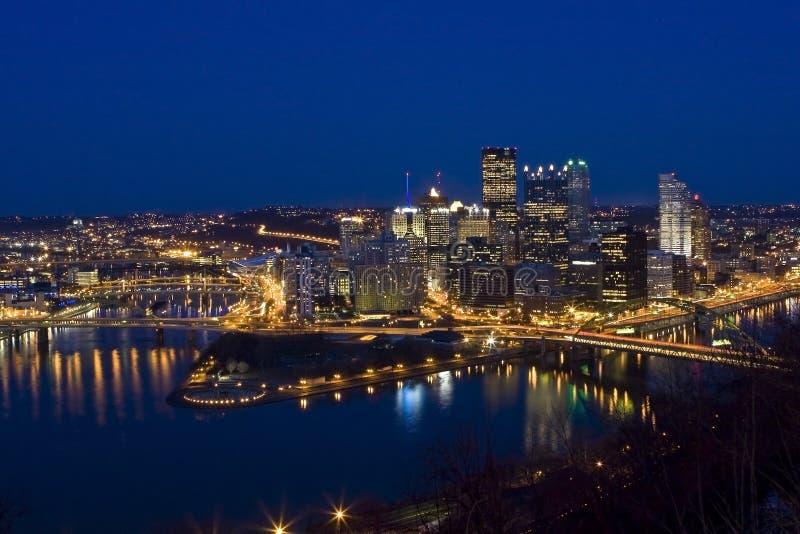 Pittsburgh en una noche clara foto de archivo