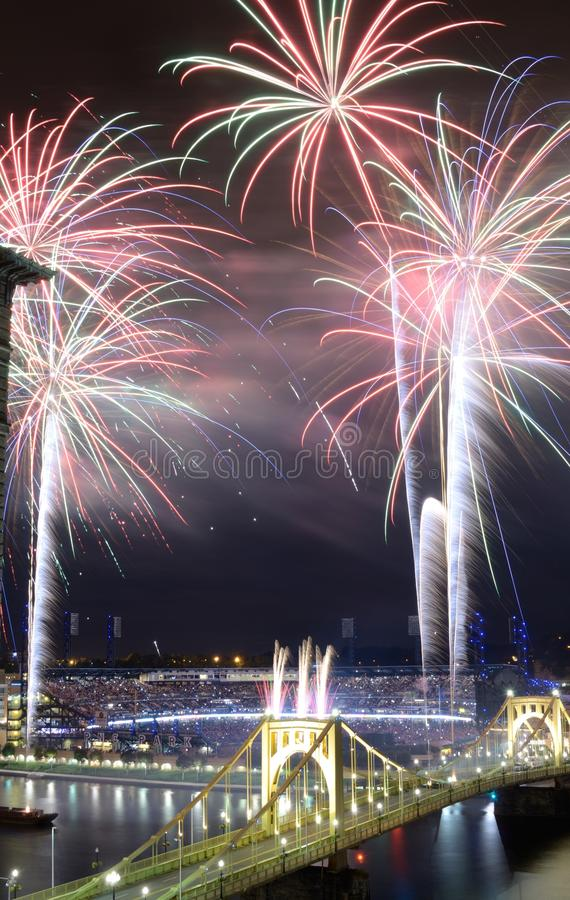 Download Pittsburgh-Feuerwerke redaktionelles stockfoto. Bild von gebäude - 26363448