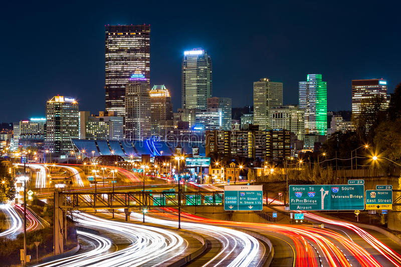 Pittsburgh horisont vid natt arkivfoto