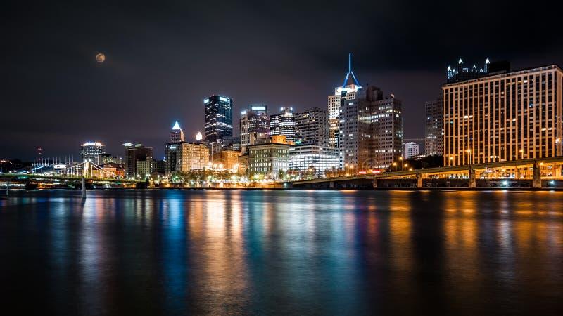 Pittsburgh i stadens centrum horisont vid natt royaltyfria bilder