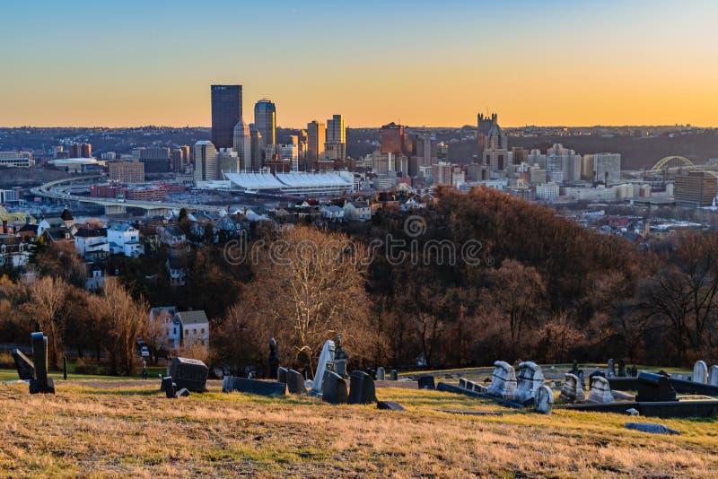 Pittsburgh linia horyzontu przy zmierzchem fotografia stock