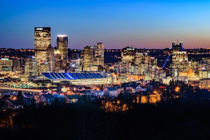 Pittsburgh linia horyzontu przy zmierzchem zdjęcia stock
