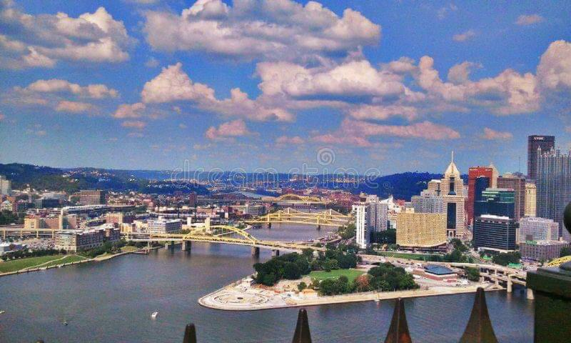 Pittsburgh Pennsylvania City Scape Cloudy Day imagenes de archivo