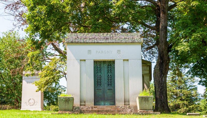 Pittsburgh, Pennsylvania, lápidas mortuorias de los E.E.U.U. 7/25/2019, monumentos y mausoleos en el cementerio de Homewood en la imagen de archivo