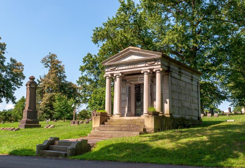 Pittsburgh, Pennsylvania, lápidas mortuorias de los E.E.U.U. 7/25/2019, monumentos y mausoleos en el cementerio de Homewood en la fotografía de archivo libre de regalías