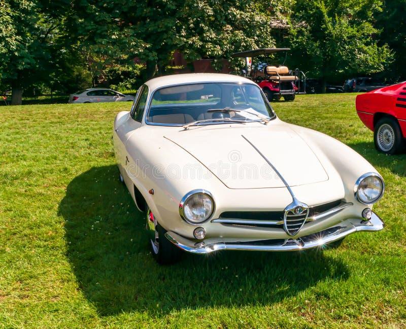 Pittsburgh, Pennsylvania, los E.E.U.U. 7/21/2019 del vintage Gran Prix, 1961 Alfa Romeo blanco de Pittsburgh en la exhibición foto de archivo
