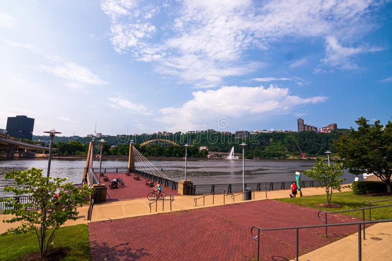 Pittsburgh Pennsylvania, USA 7/6/2019 punktspringbrunnen som sett från den norr kusten fotografering för bildbyråer