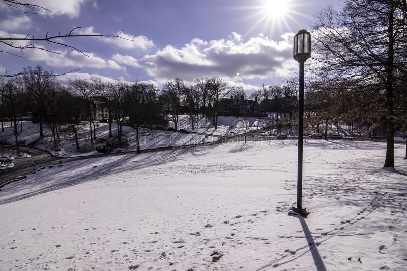 Pittsburgh Pennsylvania, USA 03/05/2019 a-snö täckte gräsmatta på det Chatam universitetet royaltyfri fotografi