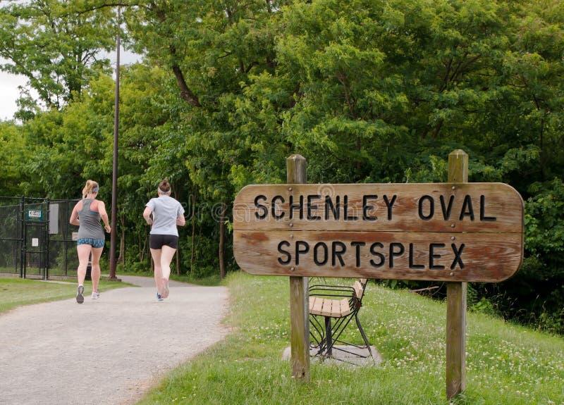 PITTSBURGH, PENSILVÂNIA, EUA 6-19-2018 os esportes ovais de Schenley complexos no parque de Schenley fotos de stock royalty free