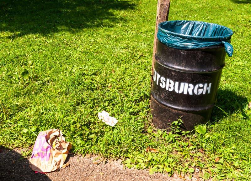 Pittsburgh, Pensilvania, U.S.A. 7/25/2019 di rifiuto che pone accanto ad una città del bidone della spazzatura di Pittsburgh immagine stock libera da diritti