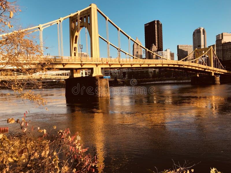 Pittsburgh se conoce para sus puentes amarillos clásicos - PENNSYLVANIA fotos de archivo