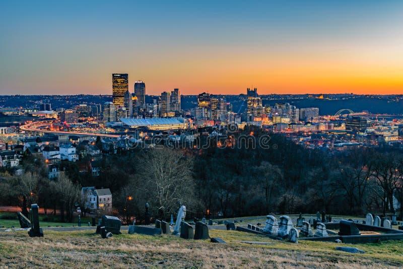 Pittsburgh-Skyline bei Sonnenuntergang stockfotos