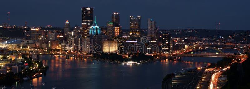 Pittsburgh som är i stadens centrum på natten royaltyfria foton