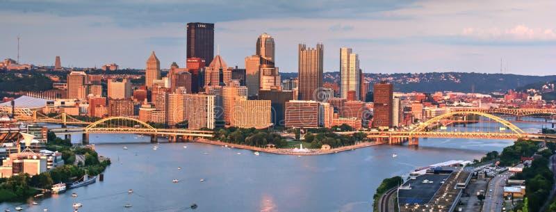 Pittsburgh som är i stadens centrum på solnedgången royaltyfri bild