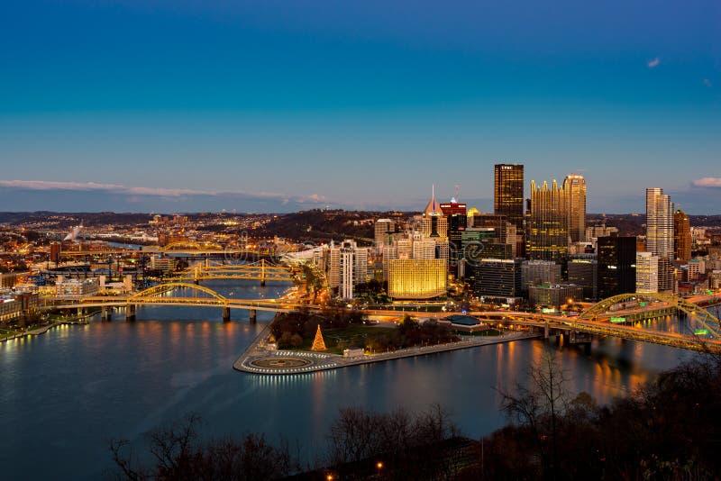 Pittsburgh-Stadt-Nachtansicht stockbild