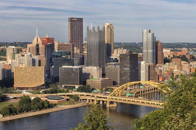 Pittsburgh - vista al centro de la ciudad en la igualación de gloria rosada foto de archivo libre de regalías