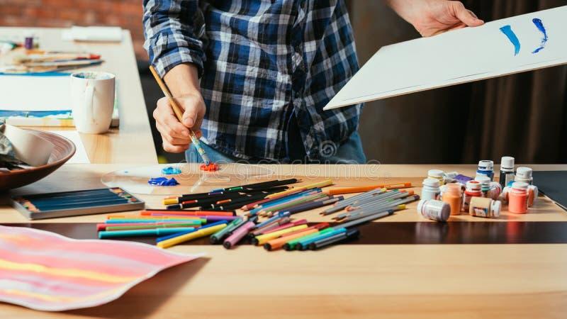 Pittura acrilica della tavolozza creativa di processo dello spazio di arte fotografia stock
