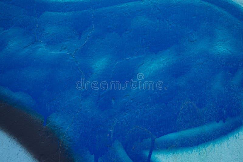 Pittura astratta nelle tonalità del blu sul muro di cemento immagini stock libere da diritti