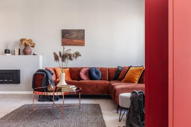 Pittura astratta variopinta sulla parete bianca dell'interno sbalorditivo del salone immagini stock