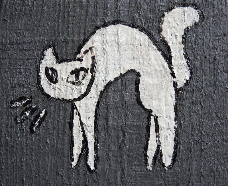 Pittura bianca del gatto sul recinto di legno, Lituania immagine stock libera da diritti