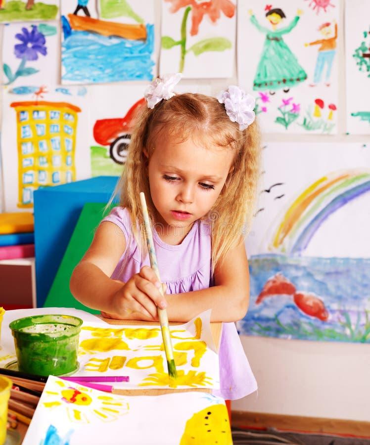Pittura del bambino al cavalletto. fotografia stock libera da diritti