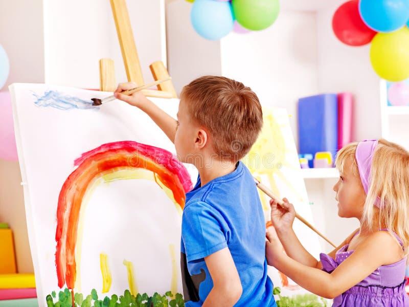 Pittura del bambino al supporto. fotografie stock