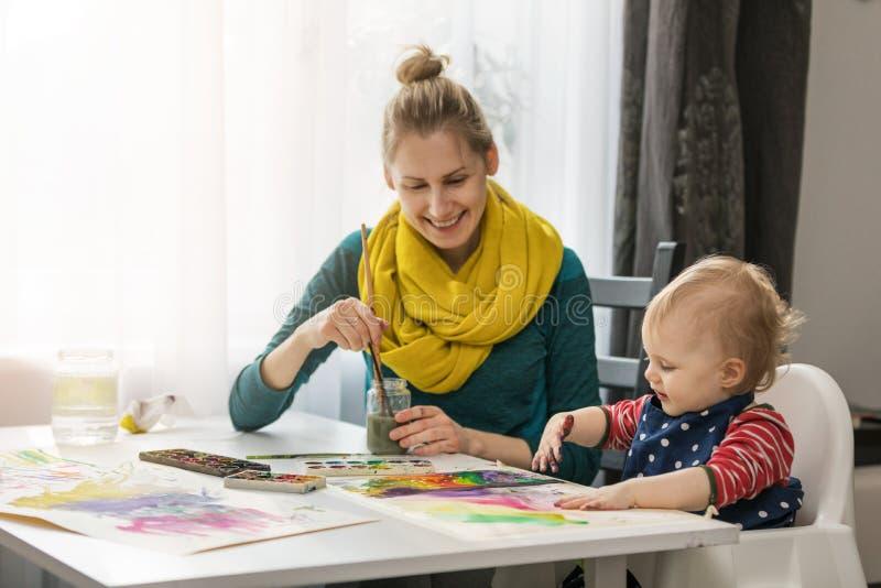 Pittura del bambino e della madre con gli acquerelli insieme fotografia stock libera da diritti