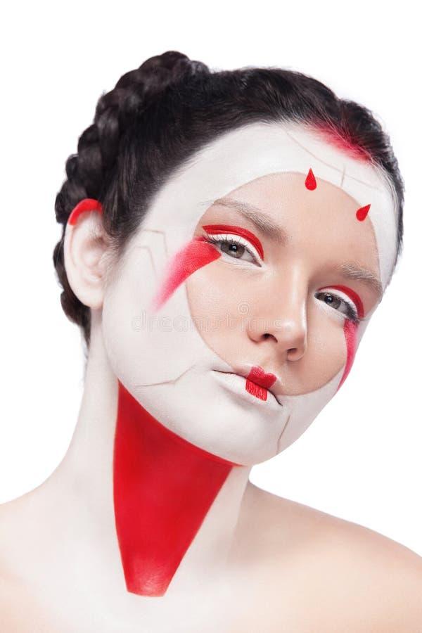 Pittura del fronte nello stile del Giappone Trucco variopinto di body art Geisha isolata su fondo bianco fotografia stock libera da diritti
