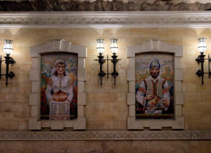 Pittura del mosaico di un uomo e di una donna vestiti in costumi tradizionali di Moldavo immagini stock libere da diritti