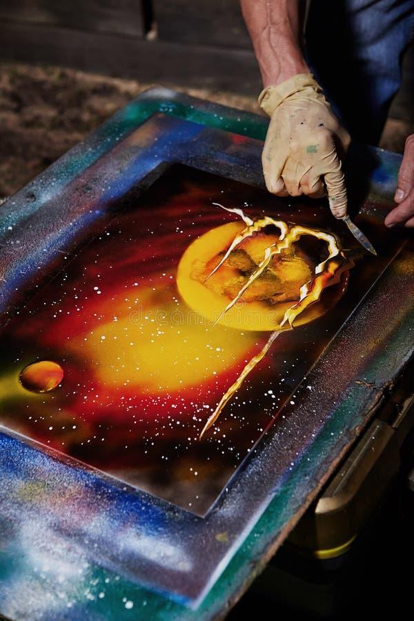 Pittura dell'artista della via sulla tela con le pitture dell'aerosol fotografia stock libera da diritti