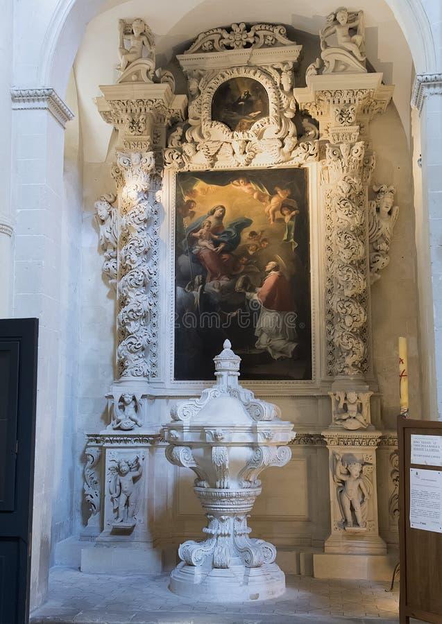 Pittura dell'ascensione di Madonna e del bambino superiore ad uno degli altari, Di Santa Croce della basilica fotografia stock libera da diritti