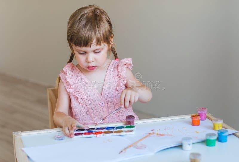 Pittura della bambina nella sua stanza fotografia stock
