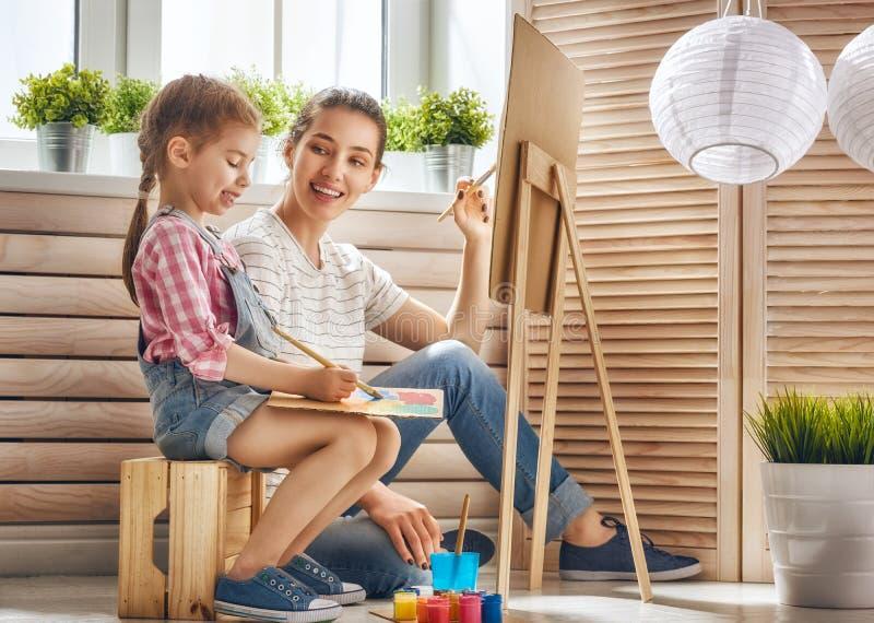 Pittura della figlia e della madre fotografia stock libera da diritti