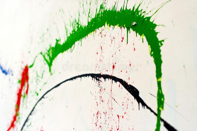 Pittura di spruzzo su una parete bianca immagini stock libere da diritti