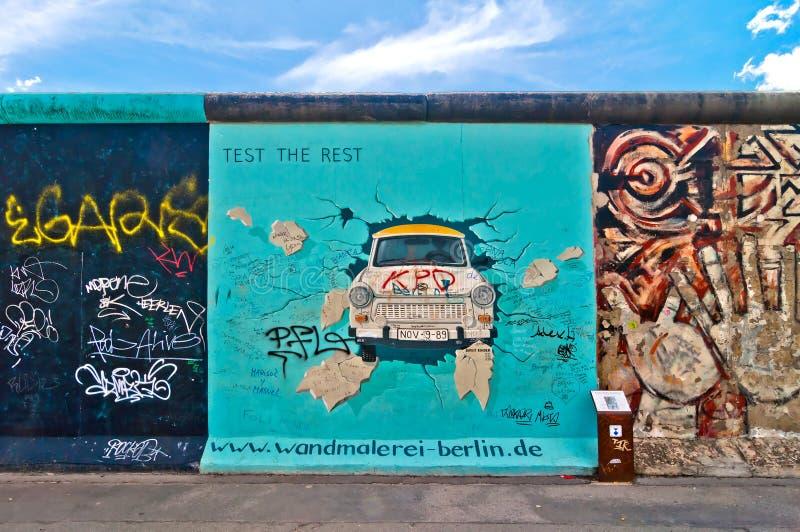 Pittura di Trabant da Birgit Kinder su Berlin Wall nella galleria del lato est, Berlino immagine stock