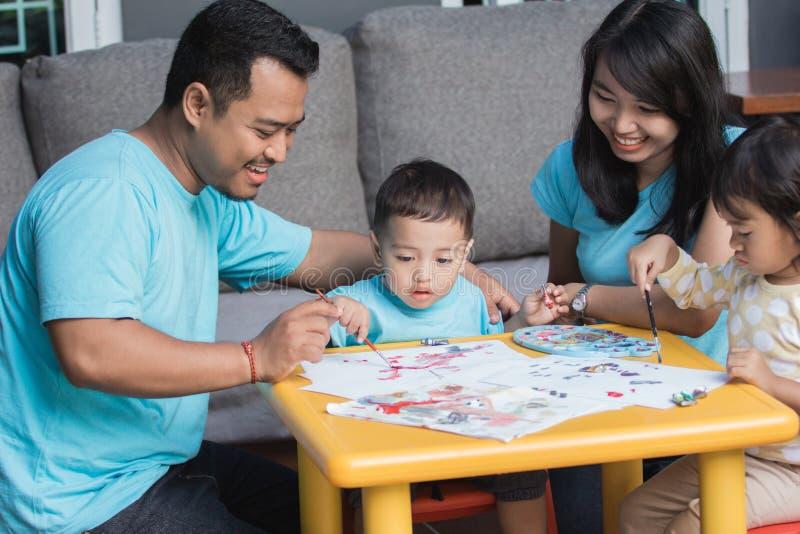 Pittura e disegno asiatici del bambino fotografia stock libera da diritti