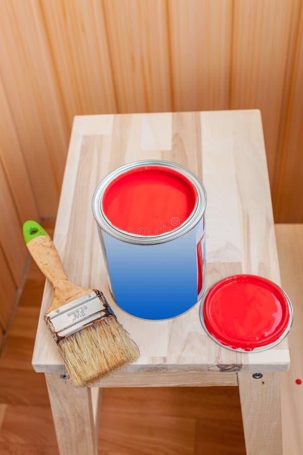 Pittura e spazzola rosse sulla sedia di legno immagine stock libera da diritti