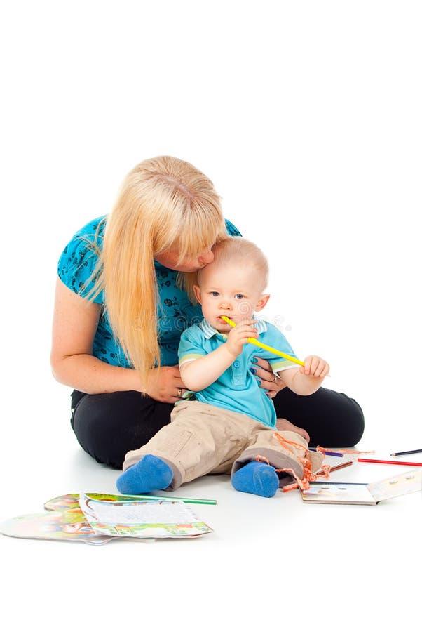 Pittura felice del bambino e della madre fotografia stock libera da diritti