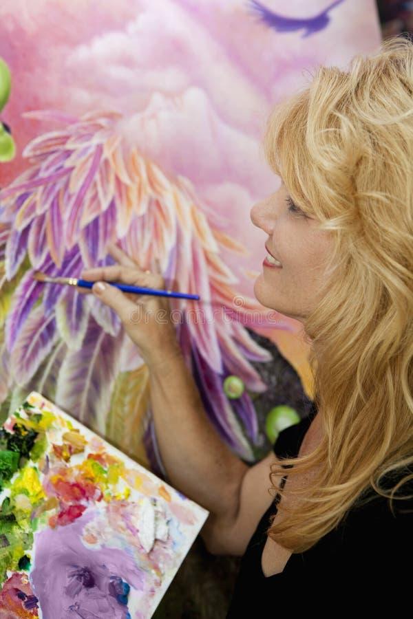 Pittura femminile dell'artista con l'olio su tela di canapa immagine stock libera da diritti