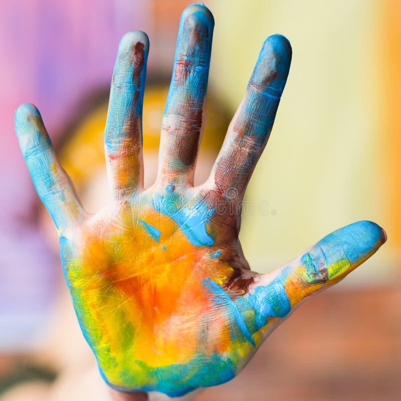 Pittura gialla blu sporca della mano della scuola di arte moderna fotografie stock libere da diritti