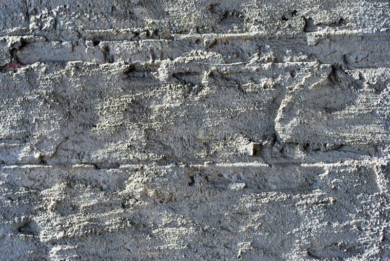 Pittura incrinata, gesso di grigio morbido sulla fine della superficie del muro di mattoni sul dettaglio, fondo di orizzontale di immagini stock