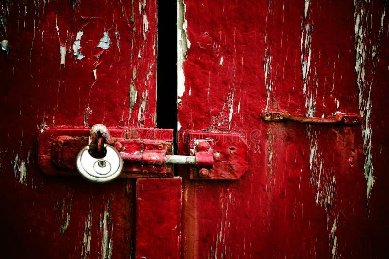 Pittura rossa della sbucciatura con il lucchetto immagine stock