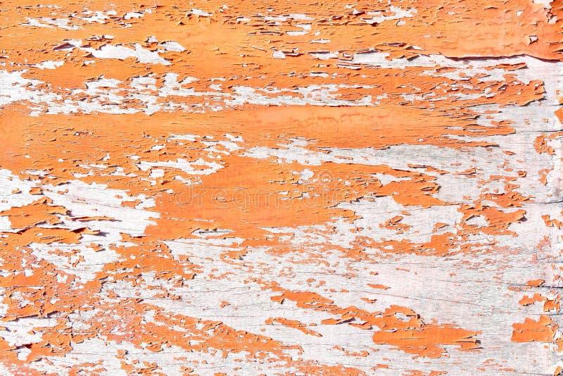 Pittura rossa della sbucciatura sul fondo di legno di struttura fotografia stock