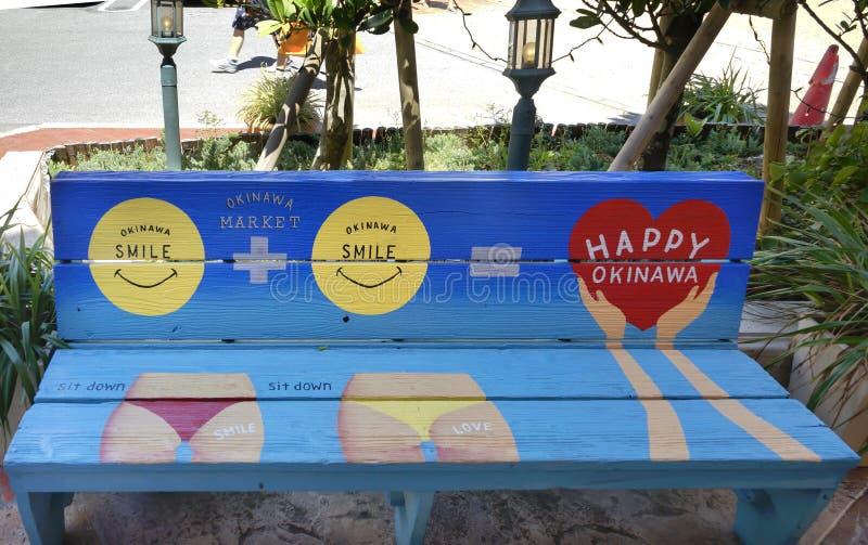 Pittura sveglia di arte della via su un banco nel centro commerciale del negozio del mercato di Okinawa del villaggio americano d immagini stock
