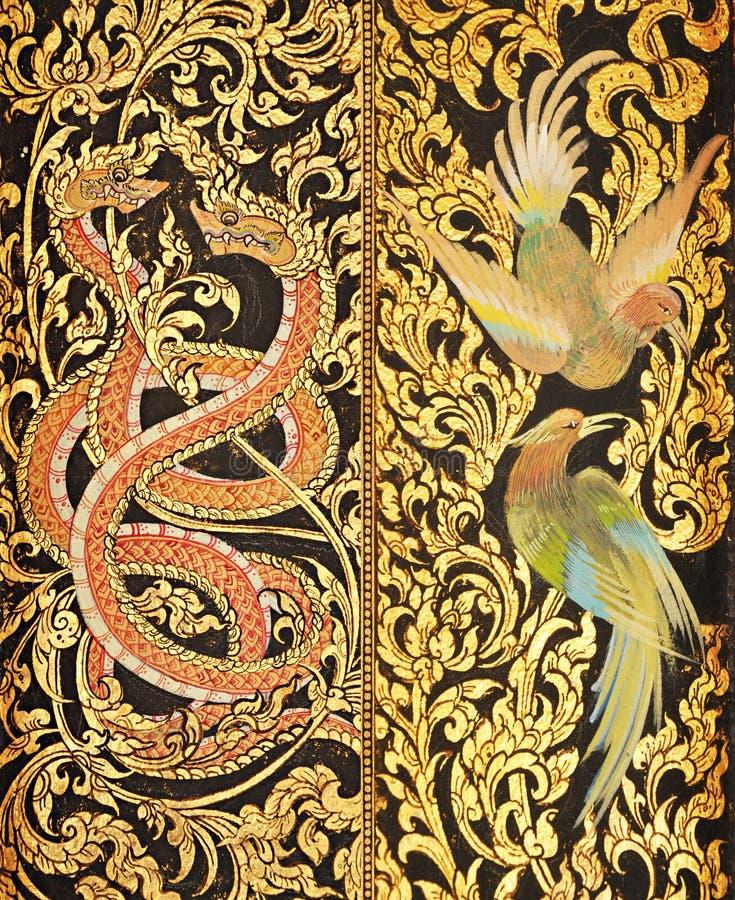 Pittura tailandese tradizionale di stile sulle porte del tempio fotografia stock