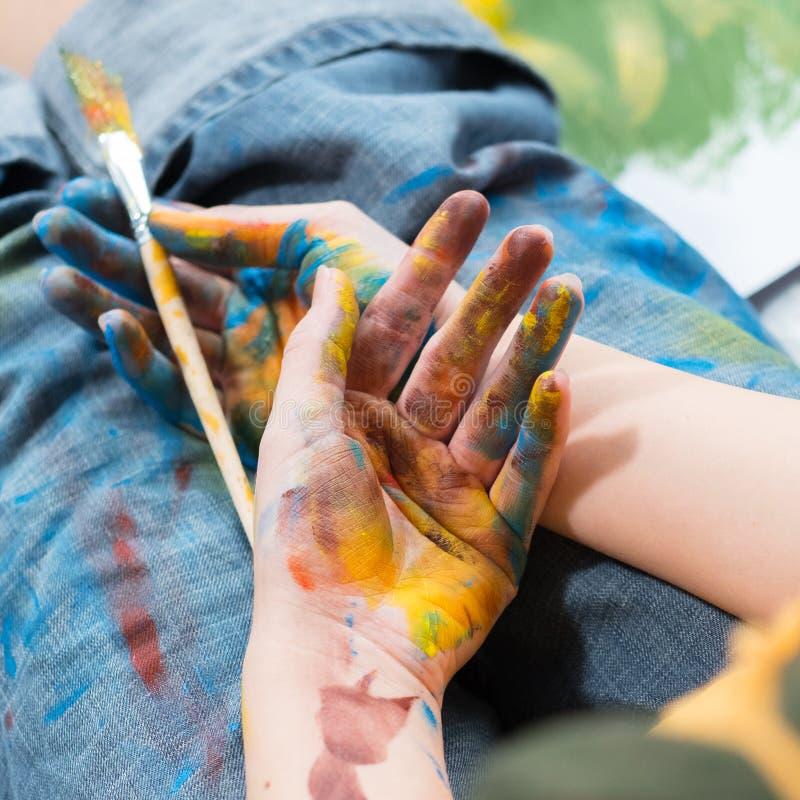 Pittura variopinta delle mani dell'artista di creatività di ispirazione fotografie stock