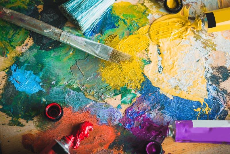 Pitture ad olio tavolozza e pennelli fotografia stock