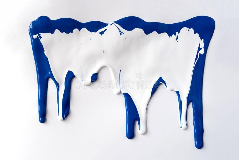 Pitture blu e bianche che colano giù il fondo bianco illustrazione di stock